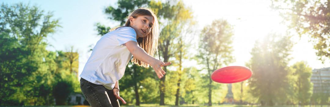 girl throwing disc golf disc